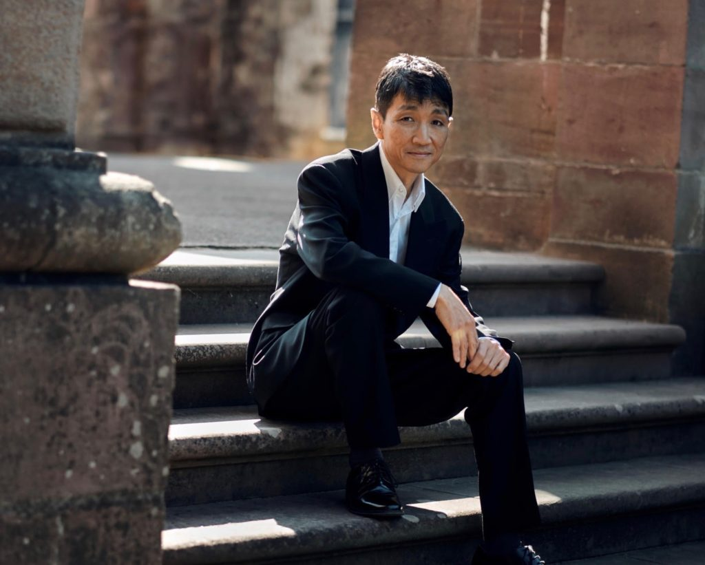 Takuhiro Murayama Pianist sitzt auf der Treppe.